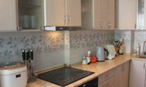 Функциональная и практичная бежевая кухня 8 кв. м. с выдвижной вытяжкой