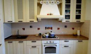 Дизайн бежевой кухни c духовкой под стиль ретро 10 кв.м