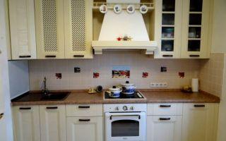 Дизайн бежевой кухни c духовкой под стиль ретро 10 м<sup>2</sup>