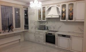 Белая классическая кухня с кварцевой столешницей-подоконником на 11 кв. м