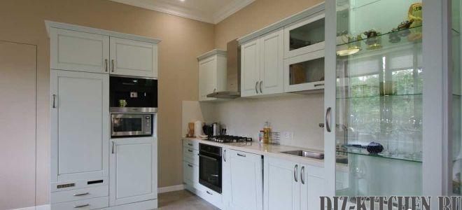 Просторная классическая кухня-гостиная из массива в частном доме