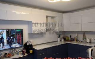 Современный кухонный гарнитур, плавно переходящий в ТВ-зону