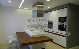 Современная скрытая кухня с с островом, совмещенная с гостиной