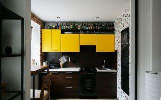 Дизайн двухцветной кухни 7 кв.м в стиле бара — нижний ряд венге, верхний желтый