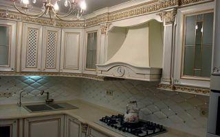 Дизайн классической угловой кухни с позолотой