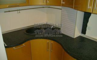 Современная золотая кухня с радиусными фасадами площадью 14 м<sup>2</sup>