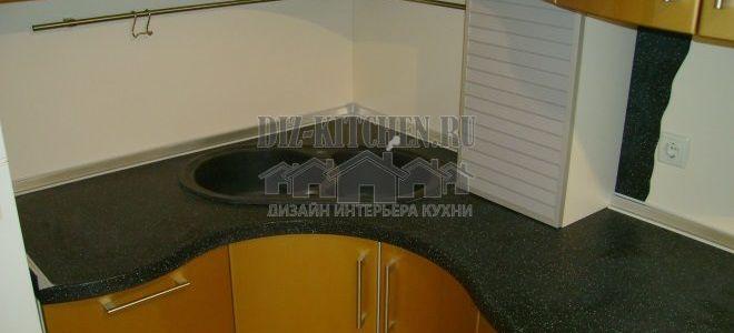 Современная золотая кухня с радиусными фасадами площадью 14 кв. м
