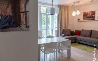 Современный дизайн белой кухни 6 кв.м с обеденной зоной в гостиной
