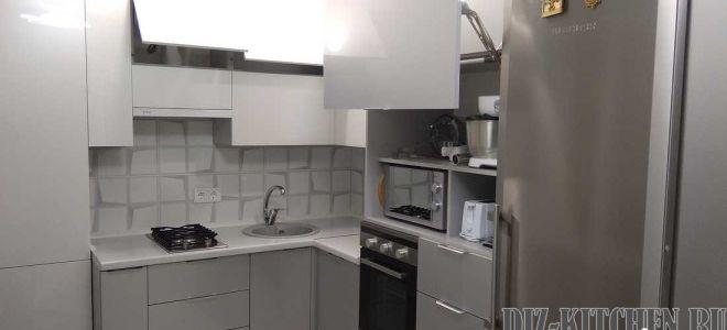 Стильная серая кухня 5 кв. м. с глянцевыми фасадами и стеновыми 3D панелями