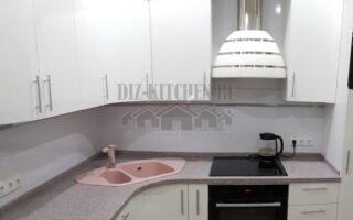Белая современная глянцевая кухня с радиусными фасадами
