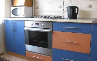 Оранжево-синяя бюджетная кухня в хрущевке