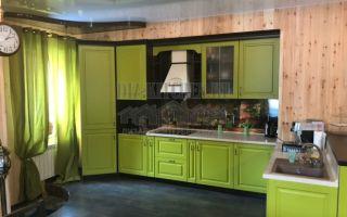 Зеленая неоклассическая кухня, совмещенная с гостиной