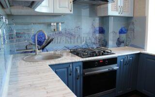 Маленькая голубая кухня в восточном стиле в 5-метровой хрущевке