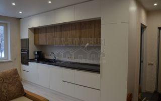 Светлая современная кухня с разноглубокими фасадами