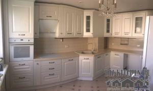 Классическая белая кухня с несущей колонной и глухими фасадами