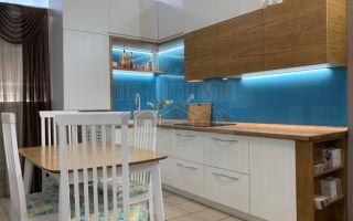 Современная кухня ЛАЙТ с фасадами из дубового шпона на площади 9 м<sup>2</sup>