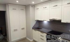 Неоклассика в современном кухонном интерьере из ДСП