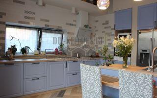 Кухня в стиле прованс 25 м<sup>2</sup> без верхнего ряда шкафов в загородном доме