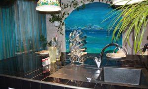 Бирюзовая кухня 12 кв. м. с островом в морской тематике