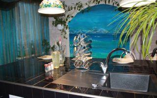 Современная бирюзовая кухня 12 м<sup>2</sup> с островом в морском стиле