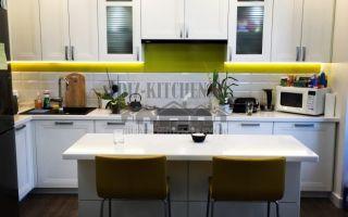 Белая неоклассическая кухня с островом на площади 15 кв. м
