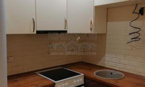 Бело-коричневая бюджетная современная кухня 5 м<sup>2</sup>