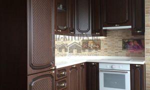 Классическая коричневая кухня с фрезерованными фасадами