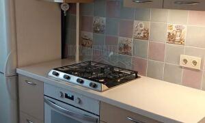Современная кремовая кухня с глянцевыми фасадами