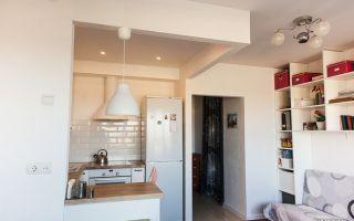 П-образная кухня-гостиная 20 кв. в скандинавском стиле с диванчиком