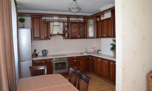 Просторная кухня из массива от фабрики «ЗОВ»