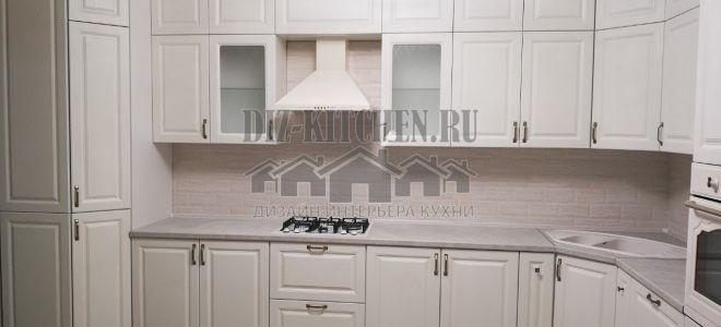 Изящная белая неоклассическая кухня с матовыми фасадами
