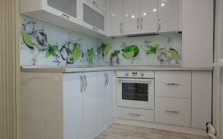 Белая угловая кухня 8 кв. м со скинали с зелеными лаймами