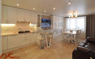 Неоклассическая белая кухня-гостиная с четким делением на зоны