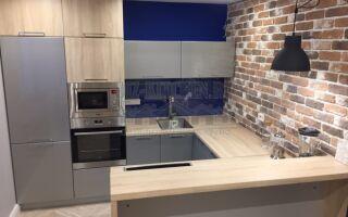 Серая кухня с деревом и синим зеркальным фартуком на площади 12 м<sup>2</sup>