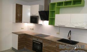 Бело-коричневая кухня различных геометрических форм с зелеными полками