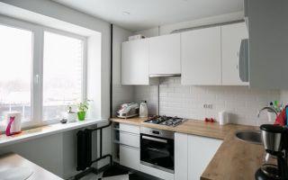 Дизайн белой кухни 7 кв. в скандинавском стиле. Черная стена и шахматный пол