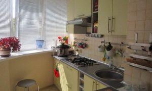 Салатовая кухня, объединенная с балконом