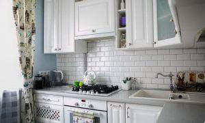 Маленькая белая кухня с голубыми стенами в стиле прованс. Двушка в хрущевке