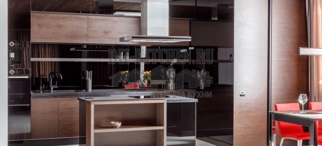 Современная кухня 30 м2, сочетание шпона венге и черного стекла