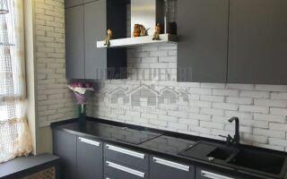 Современная графитовая кухня с черной столешницей