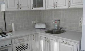 Белая кухня из МДФ с холодильником на 6 кв.м