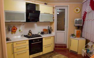 Угловая желтая кухня с выходом на балкон