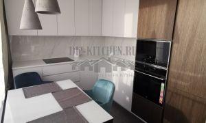 Современная бело-коричневая кухня 11 м<sup>2</sup> со шпонированными фасадами