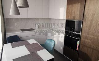 Современная бело-коричневая кухня 11 кв. м со шпонированными фасадами