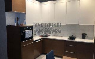 Современная бело-коричневая кухня с контрастными фасадами