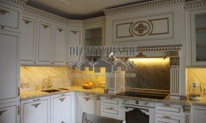 Классическая белая кухня, совмещенная с гостиной, на площади 35 кв. м
