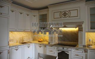 Классическая белая кухня, совмещенная с гостиной, на площади 35 м<sup>2</sup>