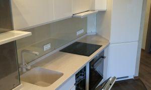Белая кухня-гостиная с барной стойкой и объединением с балконом