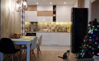 Стильный дизайн белой кухни-гостиной со шкафчиками под потолок