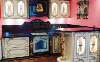 Классическая кухня в египетском стиле с барной стойкой